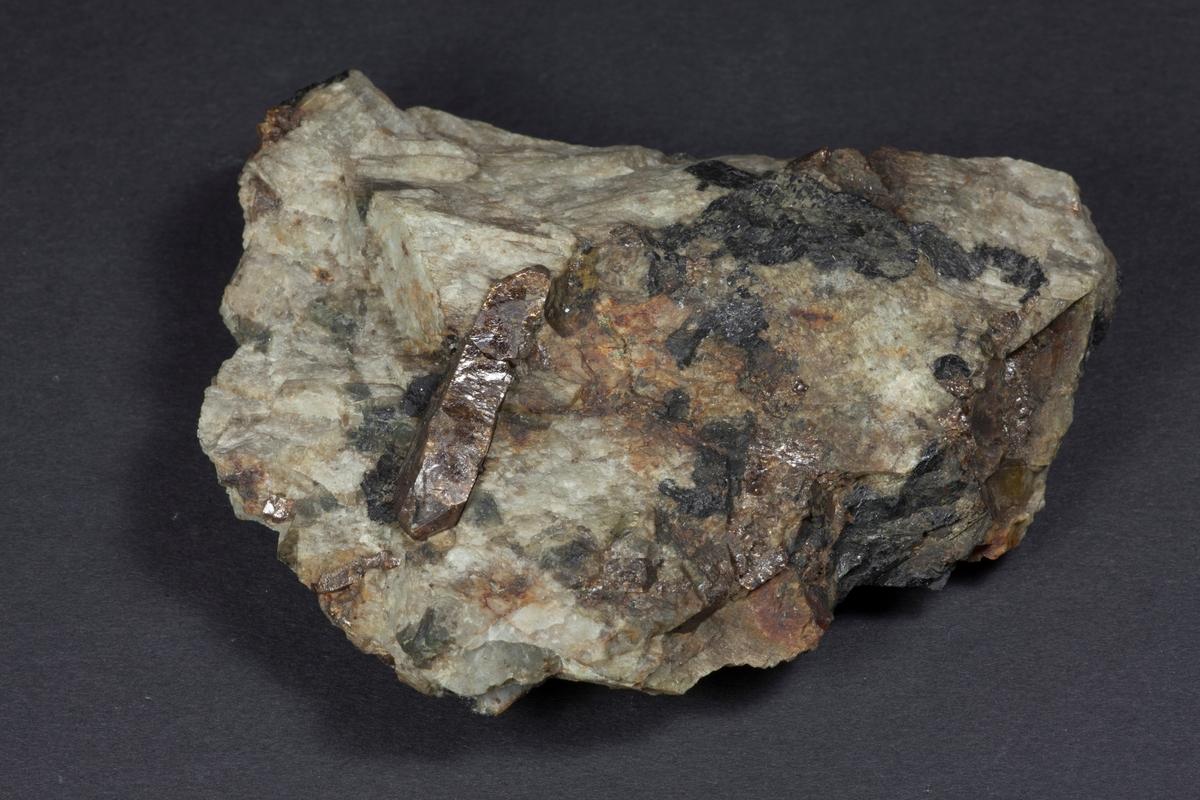 Med kalsitt og pyritt Vekt: 1749,22 g Størrelse: 20 x 18 x 7 cm