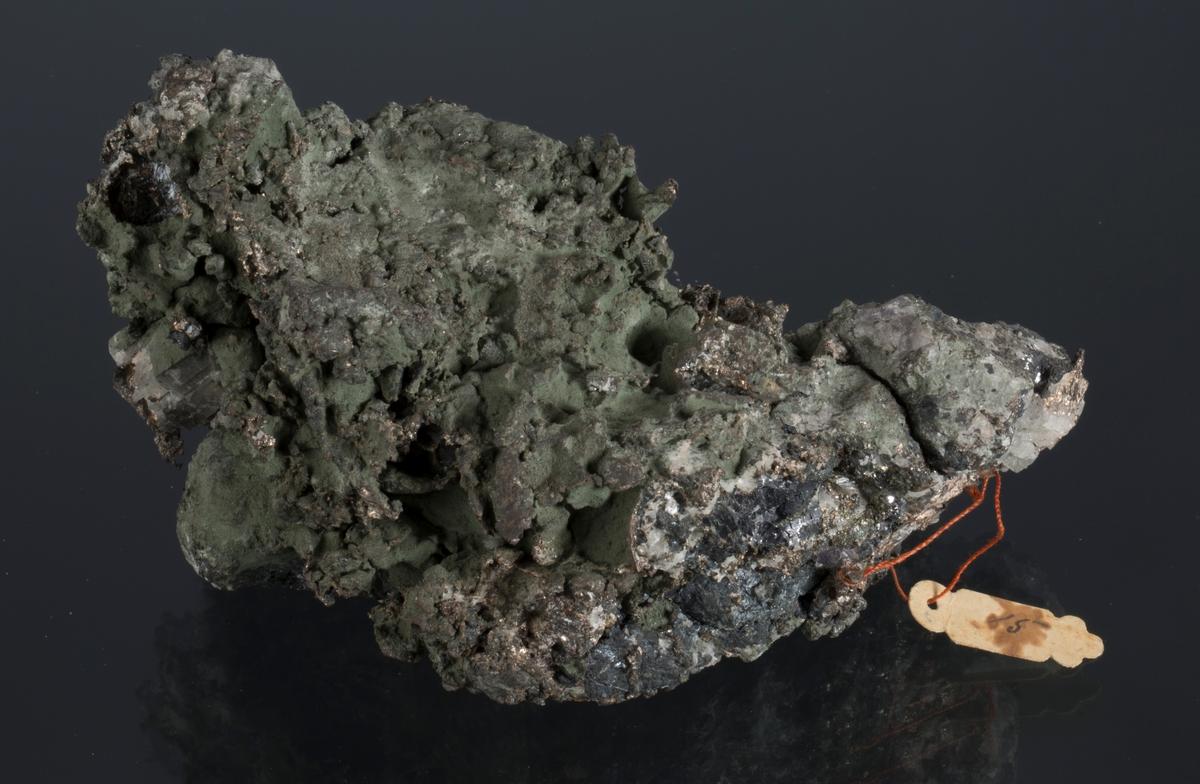 Mye sølv, sinkblende, kalsitt og fiolett flusspat Etikett i tråd 15 Vekt: 681,11 g Størrelse: 12 x 7,5 x 6 cm