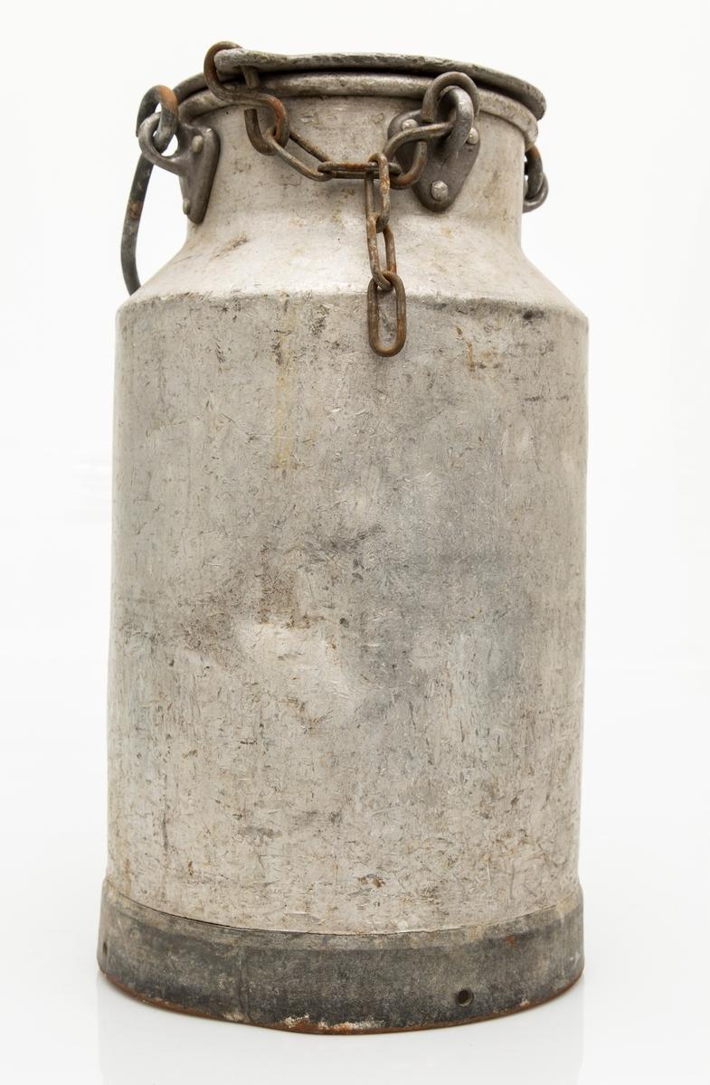 Melkespann med lokk. 25 liter. Lokk festet med kjetting. Div. bulker i siden.