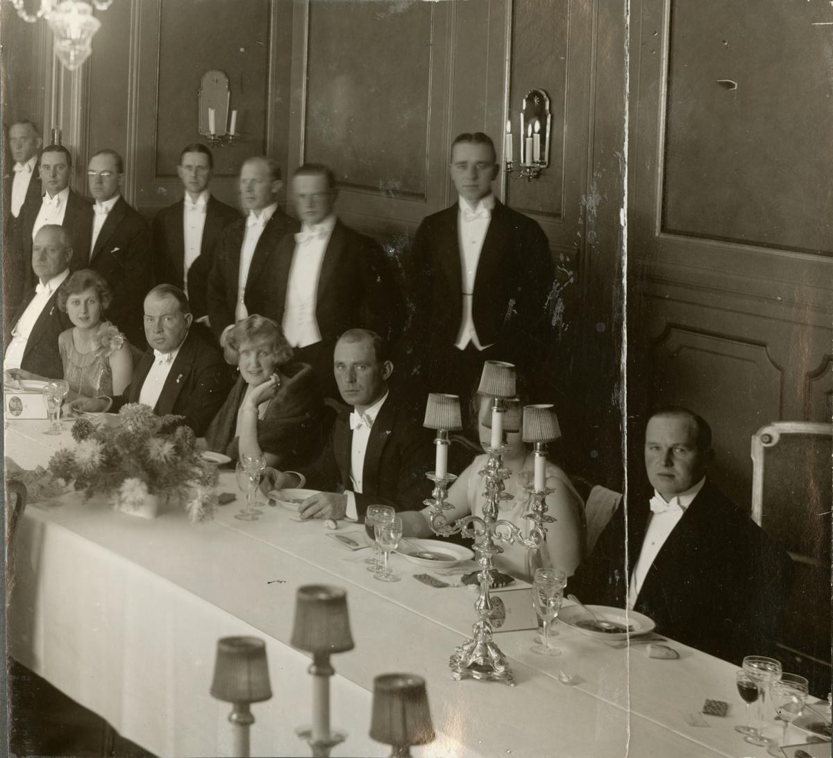 """Bildtext: """"Den 13. november 1926 tog officerskåren avsked av sitt avhållna chefspar; översten Fredrik Wilhelm Löwenborg och hans överstinna fru Ewa Löwenborg f. Treschow. Högtidstalet - sant tolkande allas känslor - hölls av major Klingberg. Grand Hotel Royal."""""""