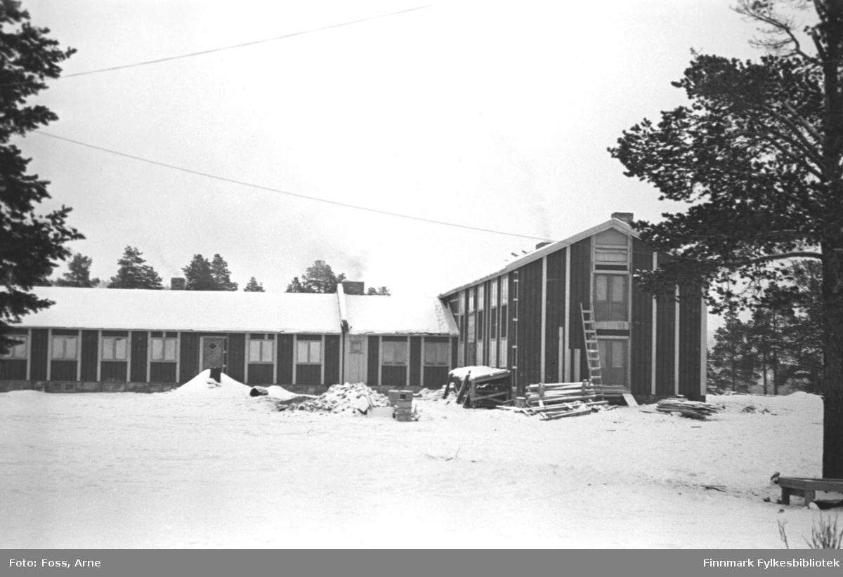 Gjestegiveri i Karasjok under byggearbeidet i februar-mars 1947. Fra 1947 og frem  til 1952 var ca. 70 barn innlosjert i 2. etasje på Karasjok Gjestgiveri. Gjestgiveriet var mindre den gang enn nå, i det en ny fløy ble bygget omkring 1970. Nord-Norsk Hotelldrift overta og drivet gjestgiveriet i sommermåneder.