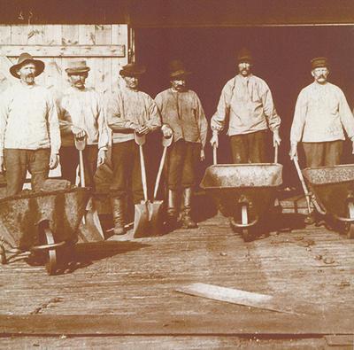 Gammelt foto av menn med trillebår og spader.. Foto/Photo
