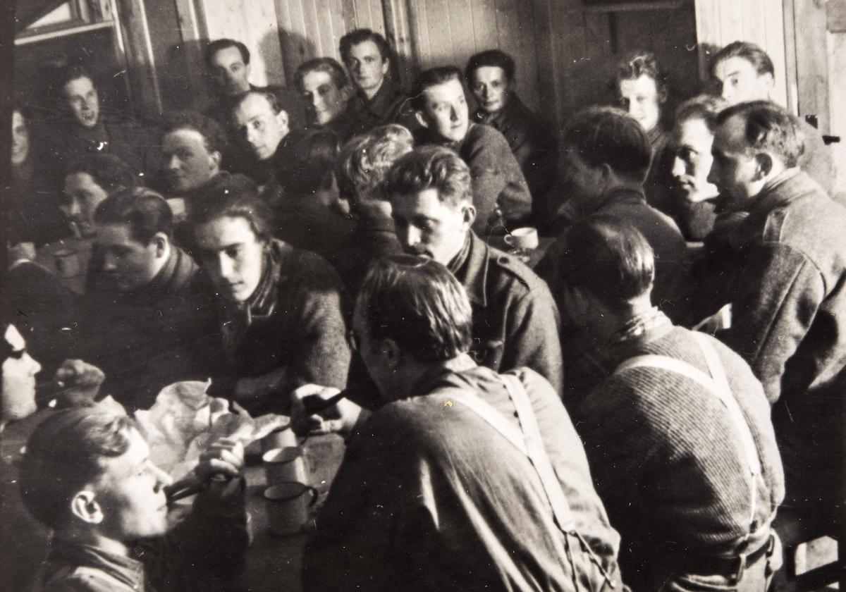 Norske polititropper i spisesalen i Sverige under 2. verdenskrig.