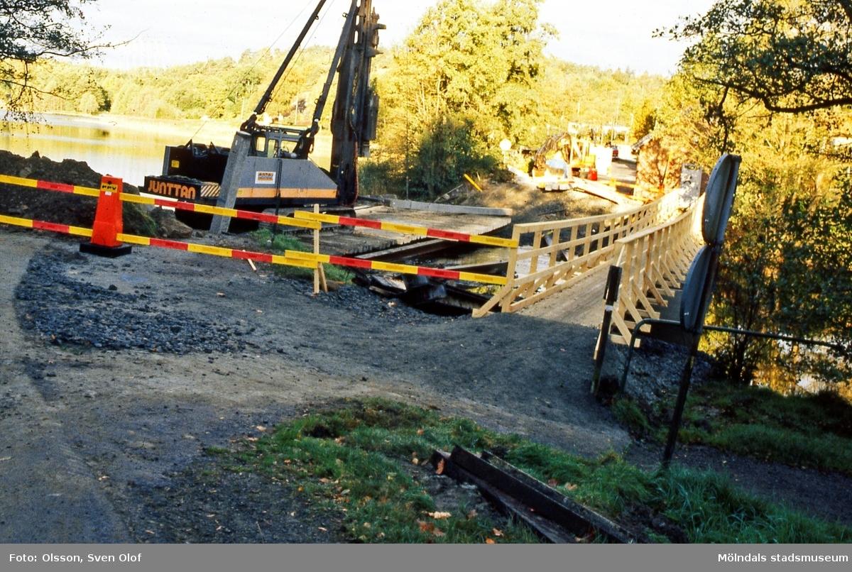 Pålning med pålkran under ombyggnaden av Gunnebobro i Gunnebo, Mölndal, år 1998. Till vänster ses Stensjön. D 30:27.