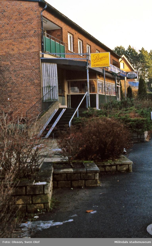 Bosgården i Mölndal, december 1998. Vid Häradsgatan 24 låg Rogers konditori och pizzerian Don Antonio. Konditoriet öppnades av Doris och Rune Sahlin 1959 då huset var nybyggt.