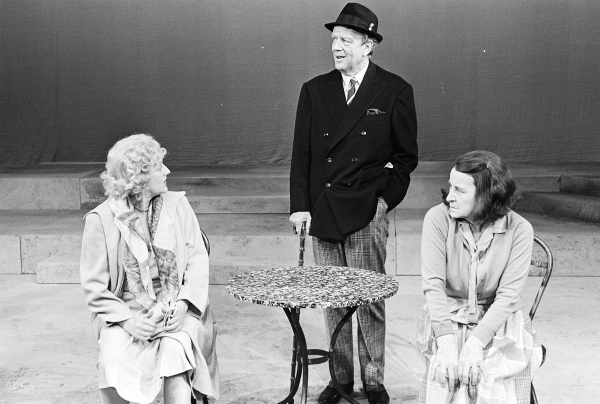 """Scene fra Nationaltheaterets oppsetning av David Storeys """"Hjem"""". Forestillingen hadde premiere 27. oktober 1971. Kirsten Sørlie hadde regi og medvirkende var blant andre Stein Grieg Halvorsen som Jack, Ella Hval som Marjorie og Aase Bye som Katleen."""