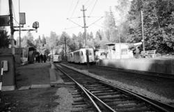 """Jar stasjon på Bærumsbanen ankommende sporvogn type """"Gullfis"""