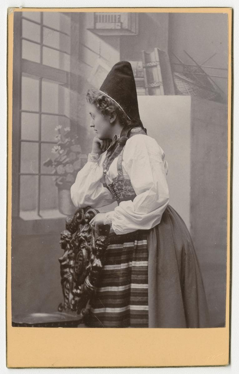 Porträtt av okänd kvinna i Rättviksdräkt.