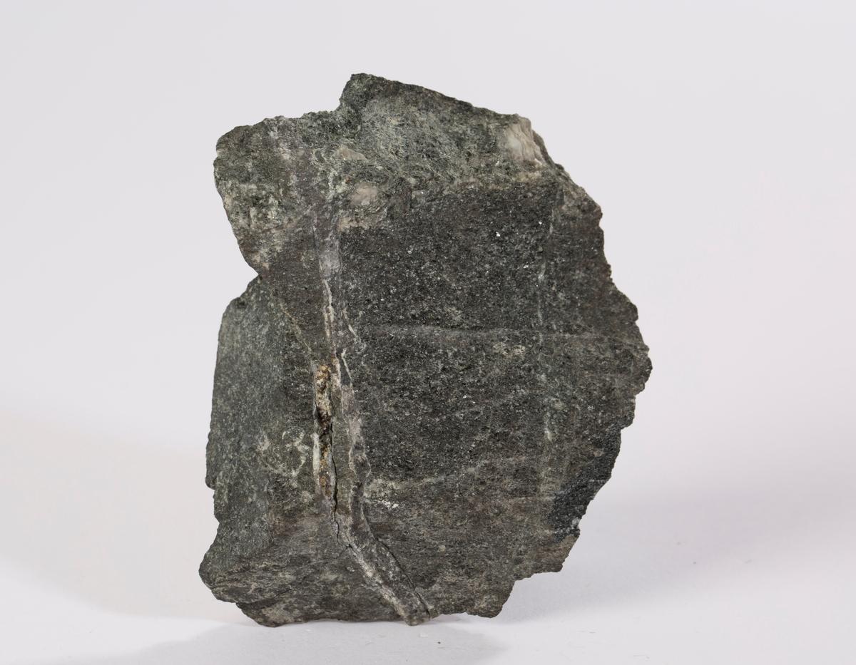 Vekt: 150,47 g  Prøve #284 i Sølvverkets samling  Fra oversikt: Kampenhaug skjerp, 1852, 150 g  Etikett i eske må transkriberes