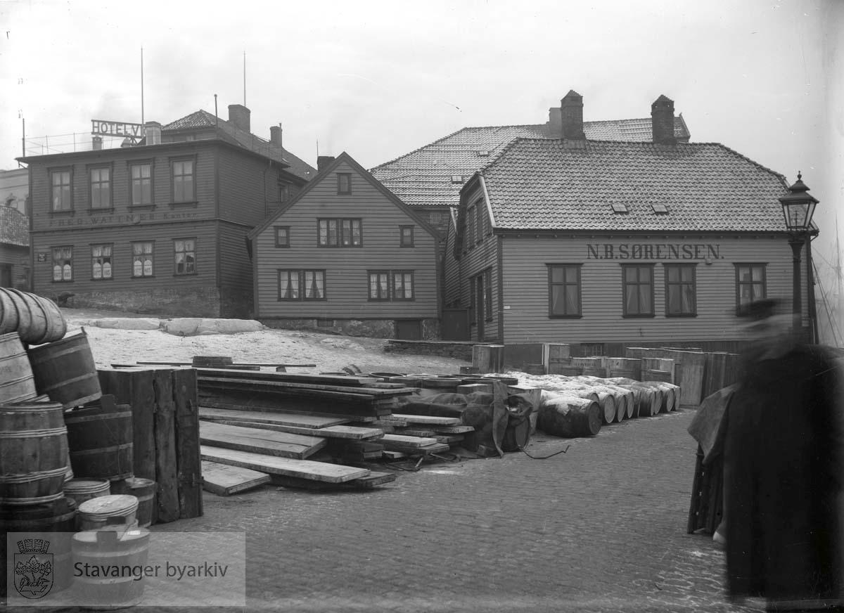 Til venstre: Fred. Wattnes kontor i Skansegaten. Til høyre: N. B. Sørensen.