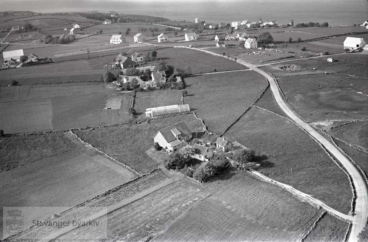 Stavanger ytre. Tasta. ..Mot Byfjorden..Øvre Tasta. Gjerdeveien. Tastarustå skole ligger i dag der den fremste gården ligger.