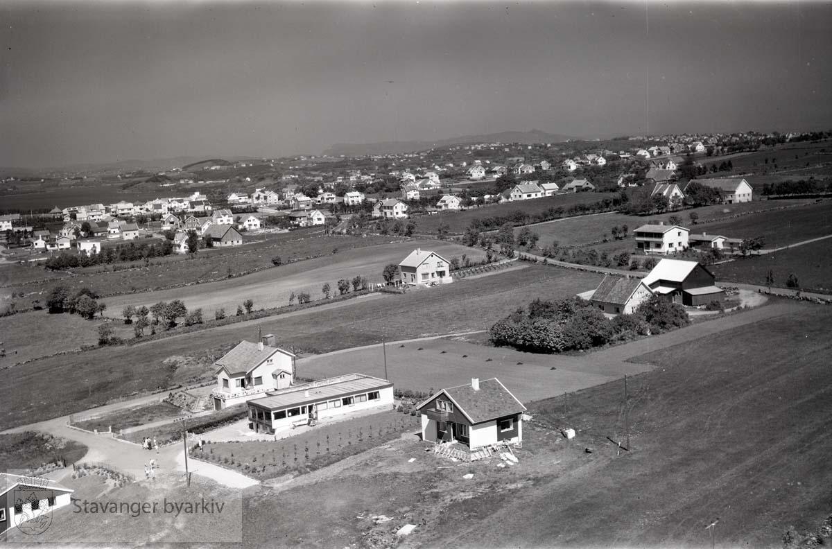Stavanger. Madla bydel. Mot N.Ø...Madlamarkveien til høyre. Omtrent hvor Madlamark kirke ligger i dag.