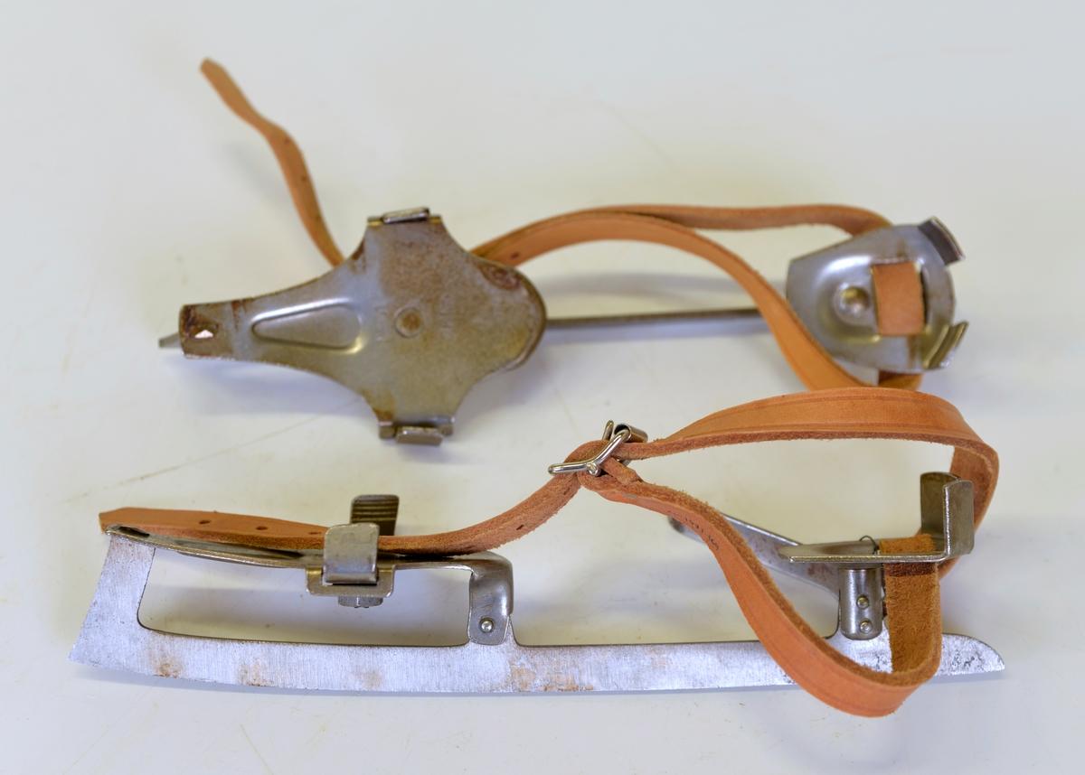 Till skridskorna hör 2st. läderremmar med spännen samt 1 fast nyckel för justering av fotplattans bredd.  Tillvaratagna i samband med en auktion på skolmateriel i Ingareds skola 1977-06-04