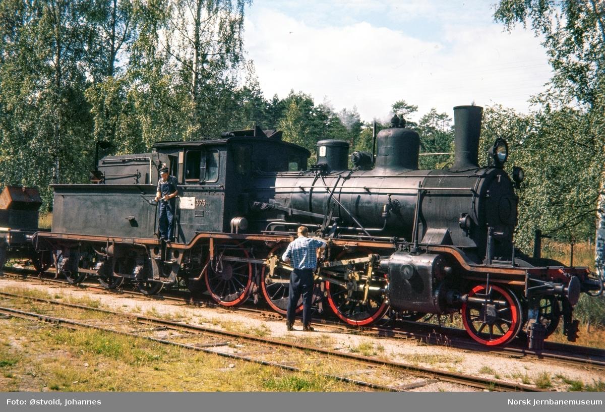 Damplokomotiv type 21c nr. 375 med godstog på Tjønnefoss stasjon på Treungenbanen.