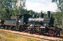 Damplokomotiv type 21c nr. 375 med godstog på Tjønnefoss sta