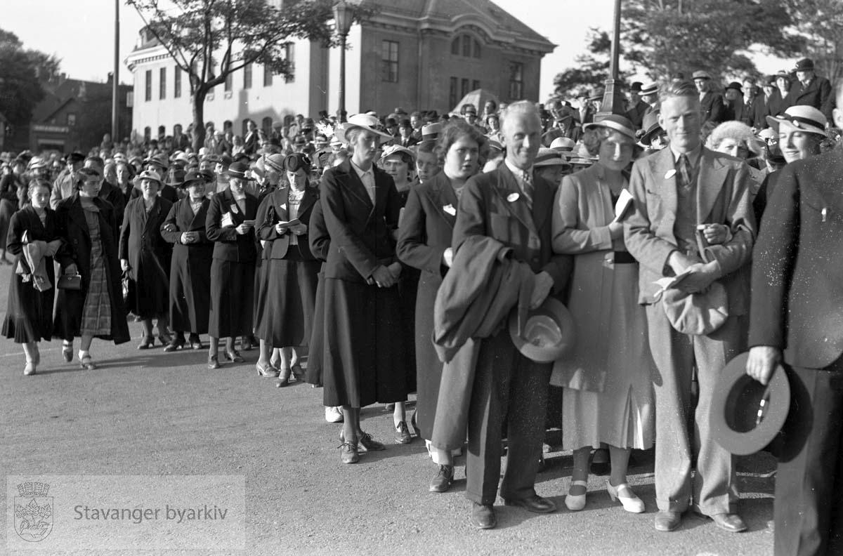 Deltakere marsjerer foran det gamle postkontoret.