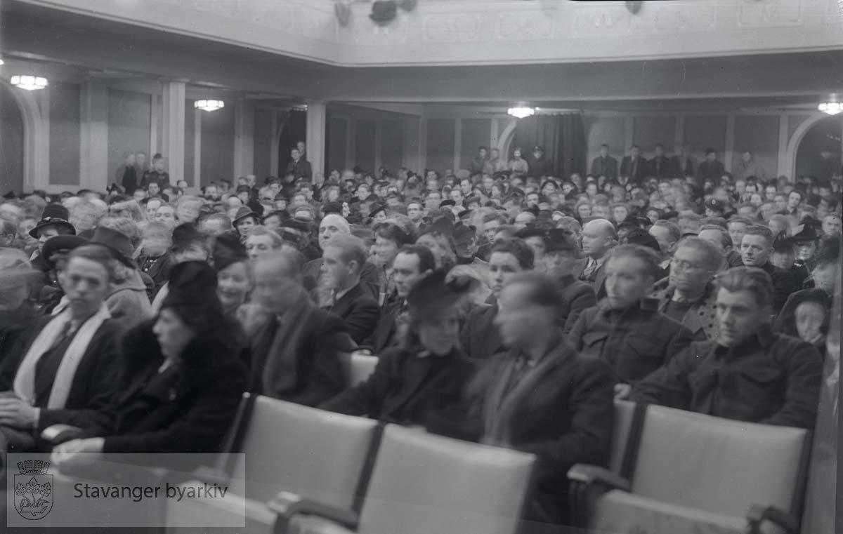 Interiør. Kinosal med publikum.