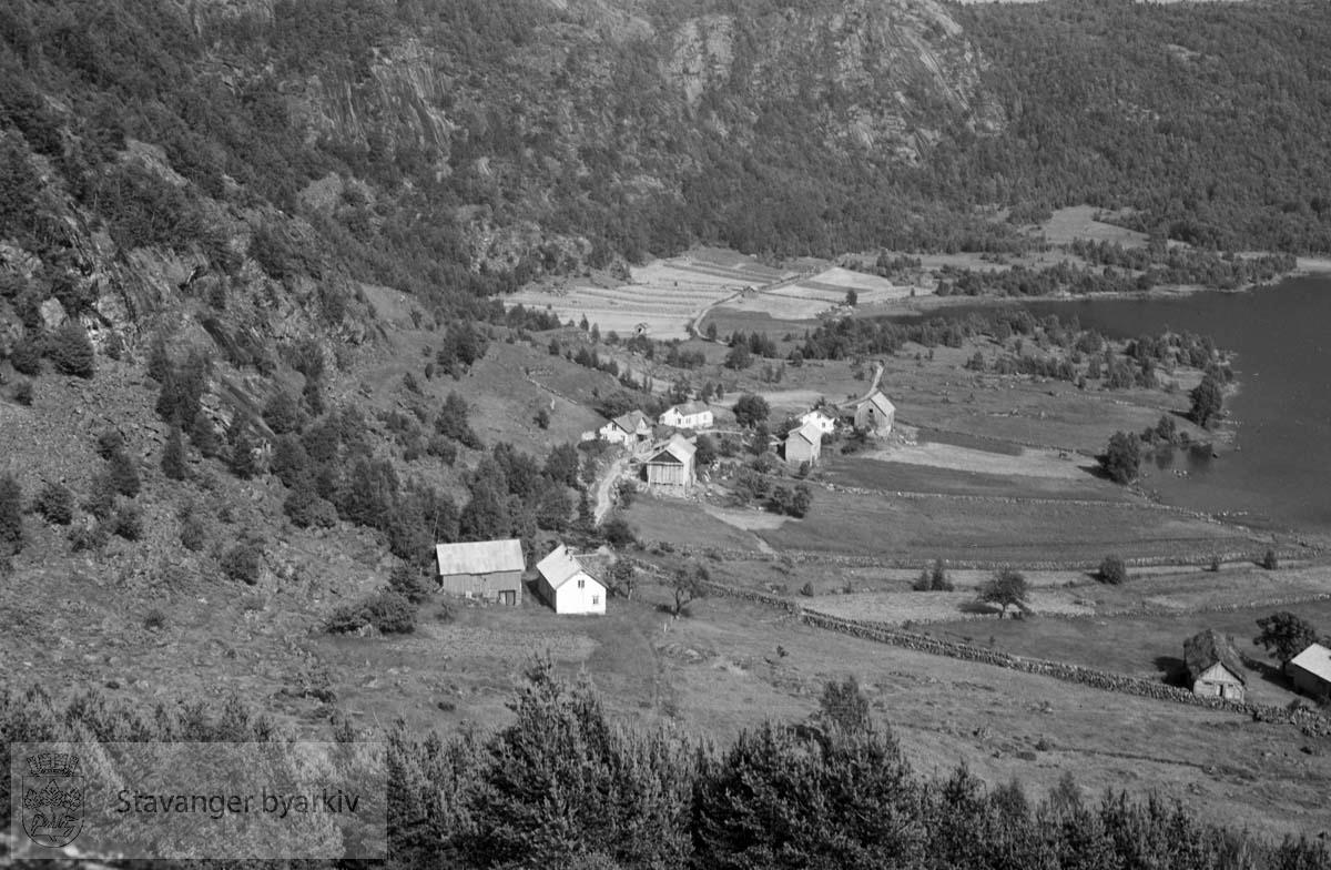 Gardsbruk samlet innerst i fjord eller ved innsjø....Konvolutt merket S. Hommerstad.