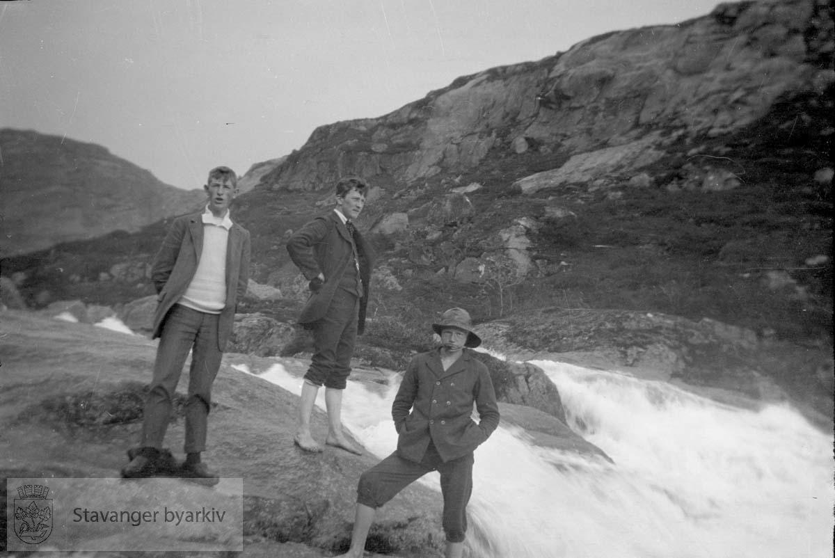 Tre menn ved foss