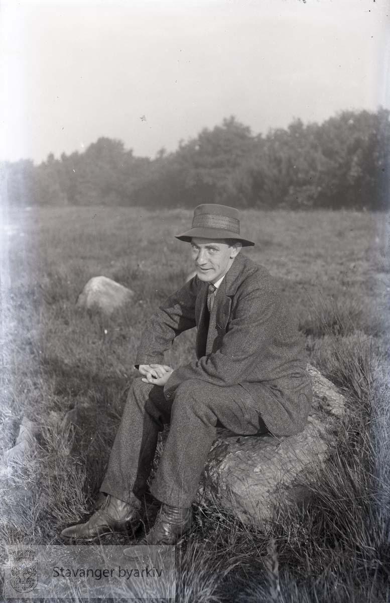 Mann sittende på stein