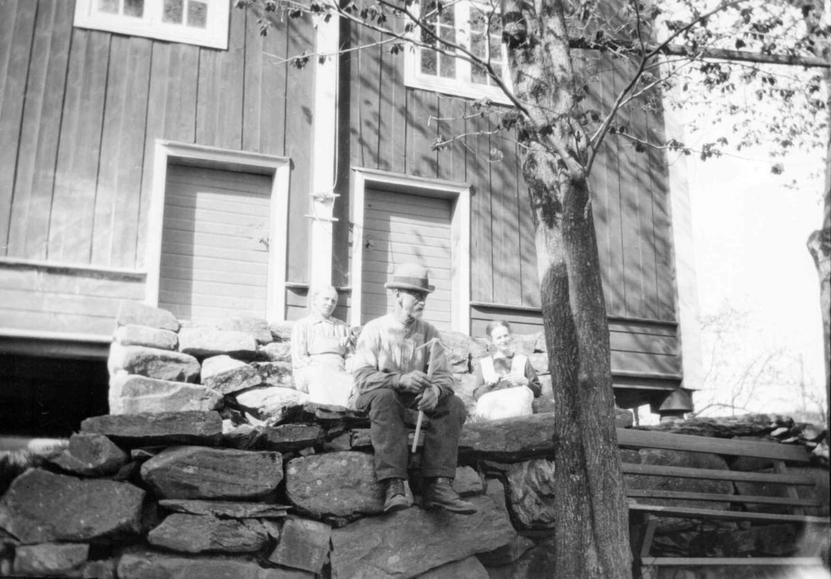 Arne Jørstad med en tvare i hendene. En av de to bak er Agnete Jørstad