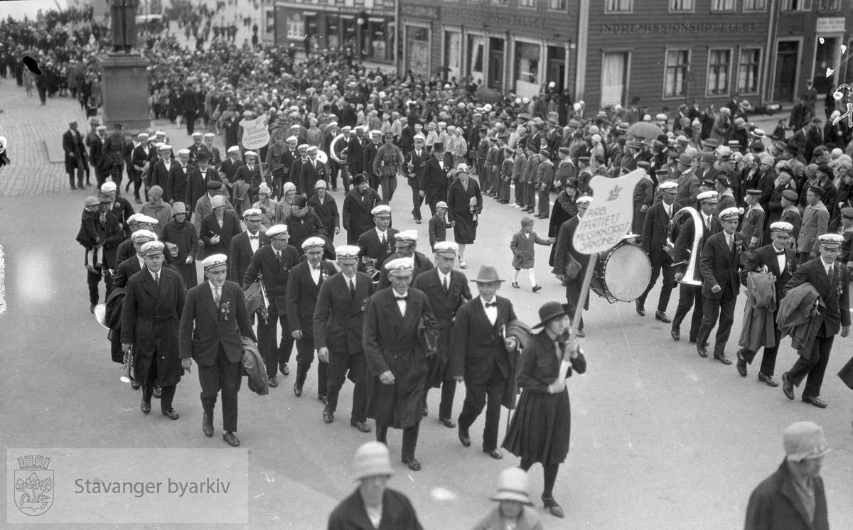 Deltakere i sangerstevnet marsjerer ut fra torget.