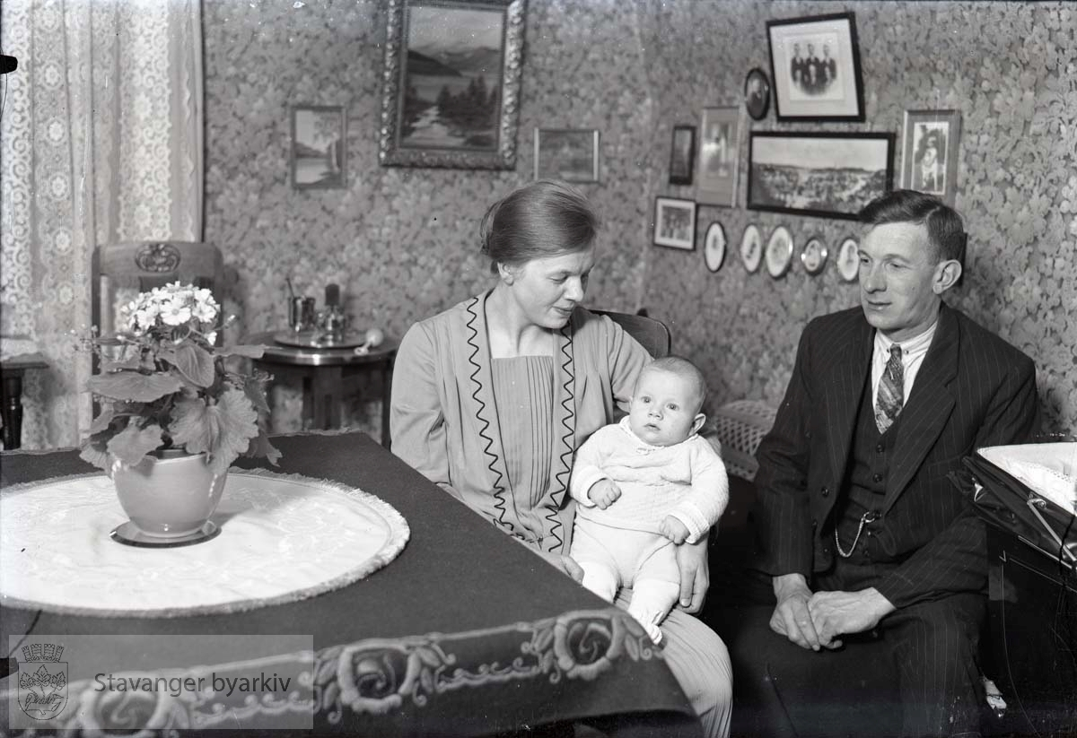 Familie i stue, foreldre og barn
