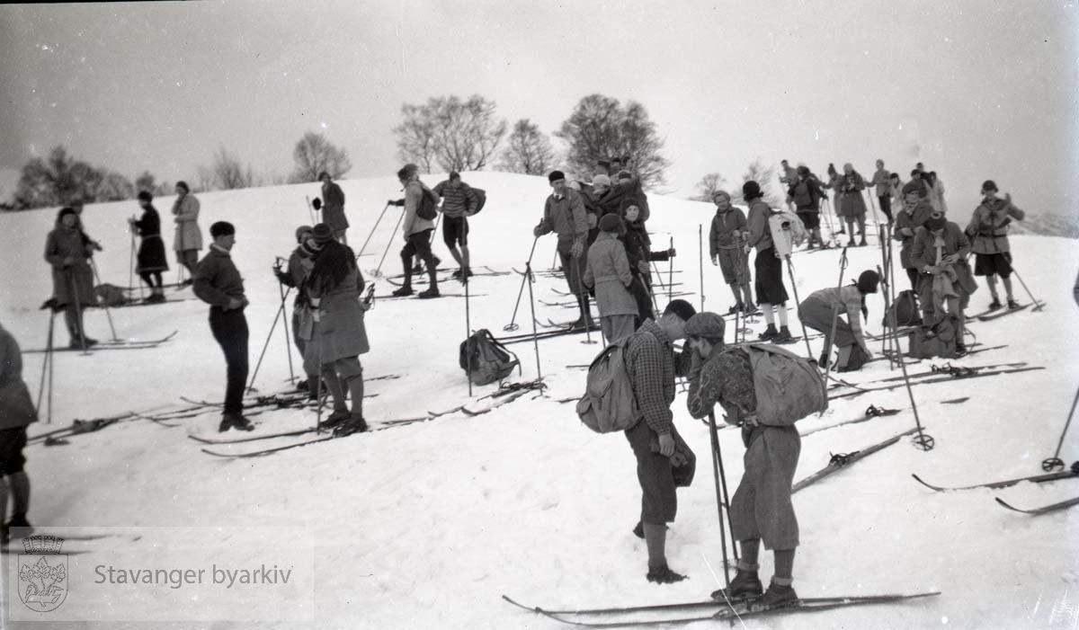 Skigåere tar seg en pause under skitur i fjellet