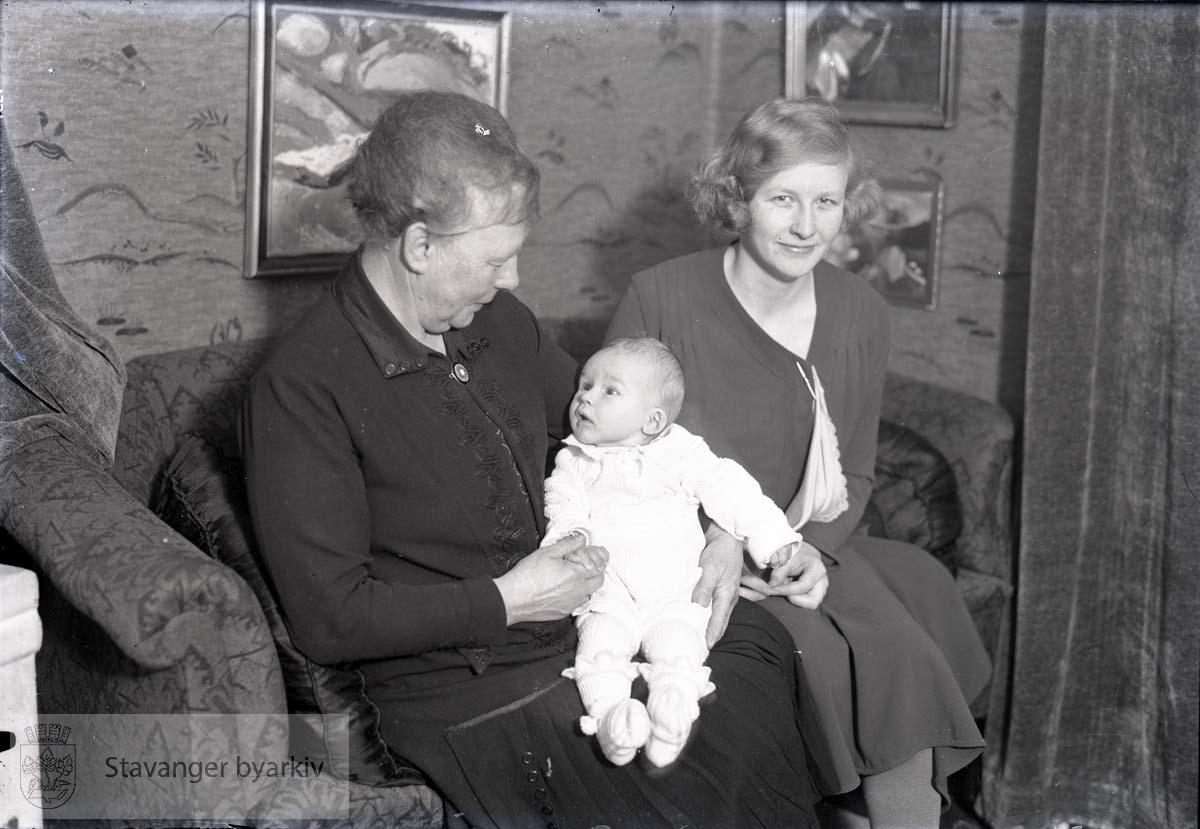 Bestemor, mor og baby.