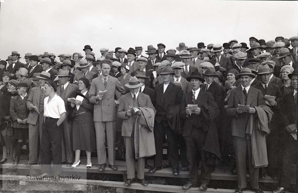Tilskuere langs banen.