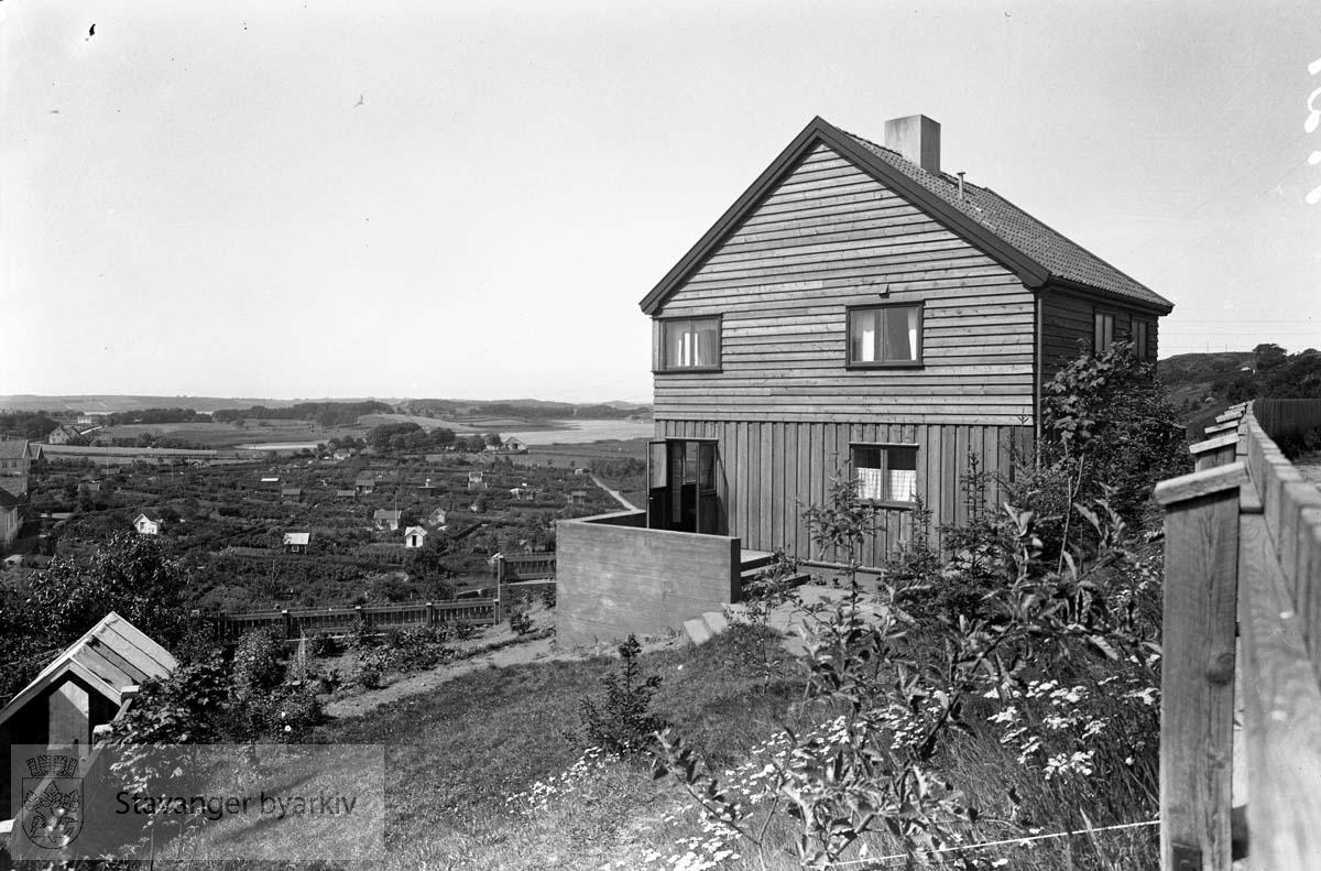 Arkitekt ?austens hus på Byhaugen..Se håndskrevet katalog for å tyde navnet..Eiganes kolonihager i bakgrunnen til venstre.Lille Stokkavatn bakenfor der