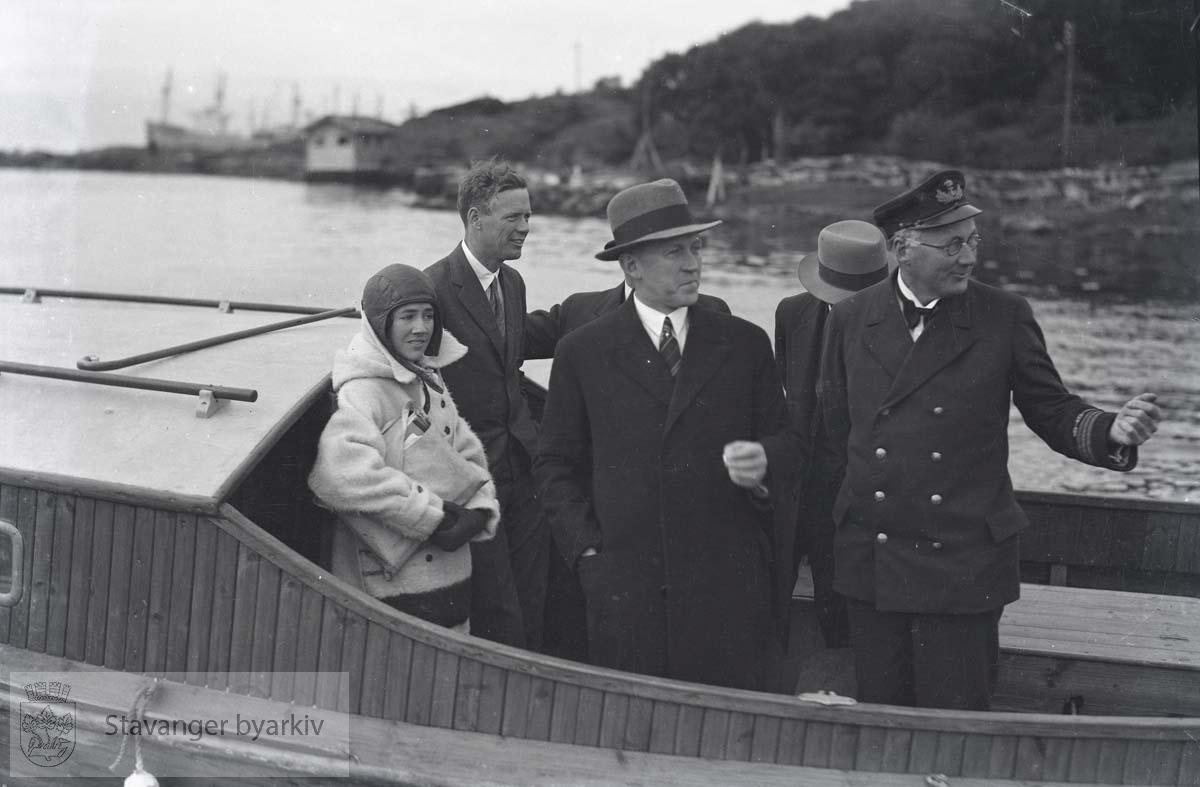 Oberst Charles Augustus Lindbergh ombord i båt sammen med bl.a. Ole Bergesen.