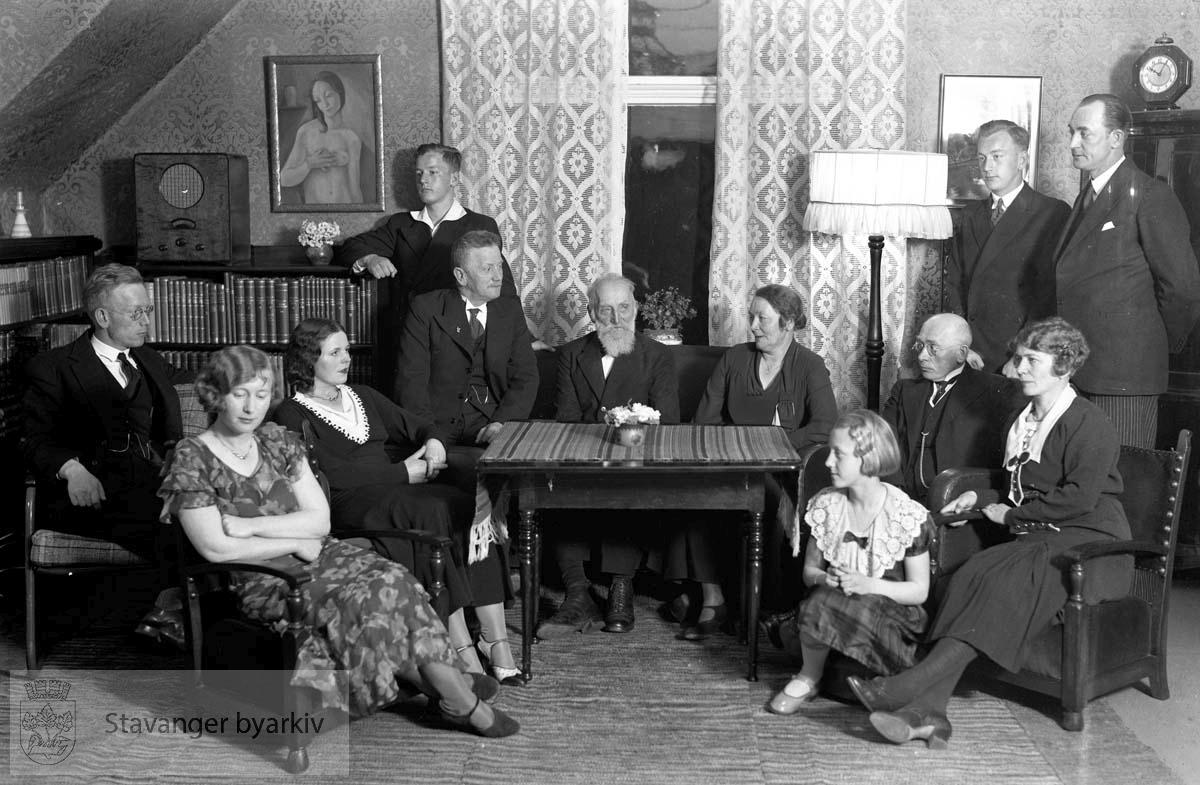 Hans Henriksen, privat.Familie samlet i stua