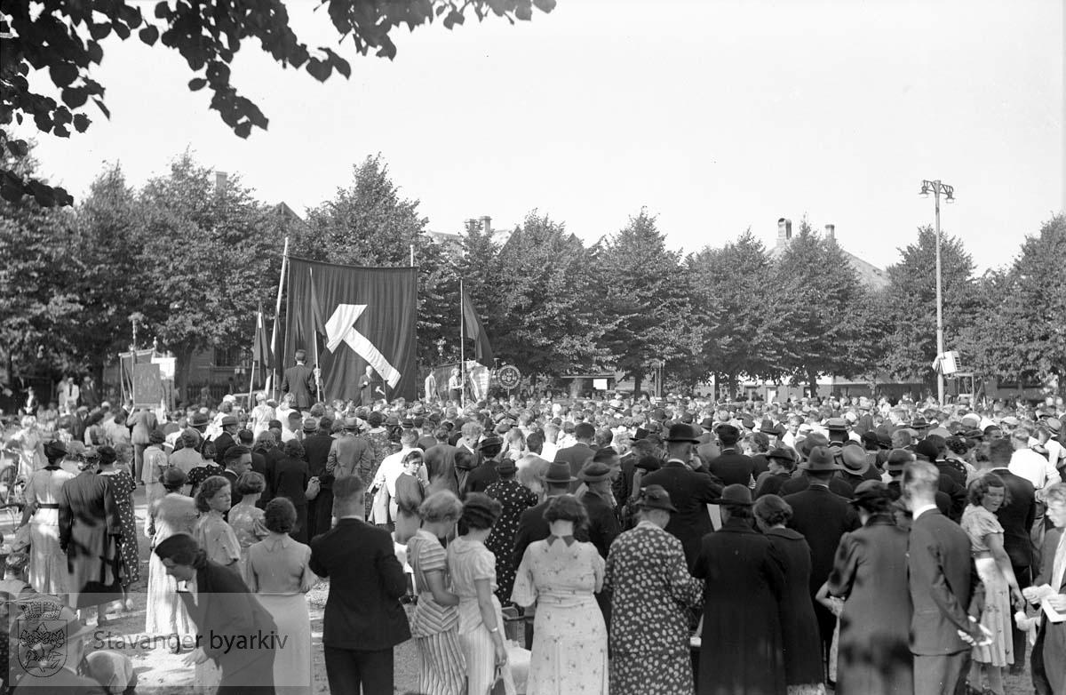 Arbeiderpartiets jubileumsdemonstrasjon, Bjergsted.Apeller, faner og tilskuere