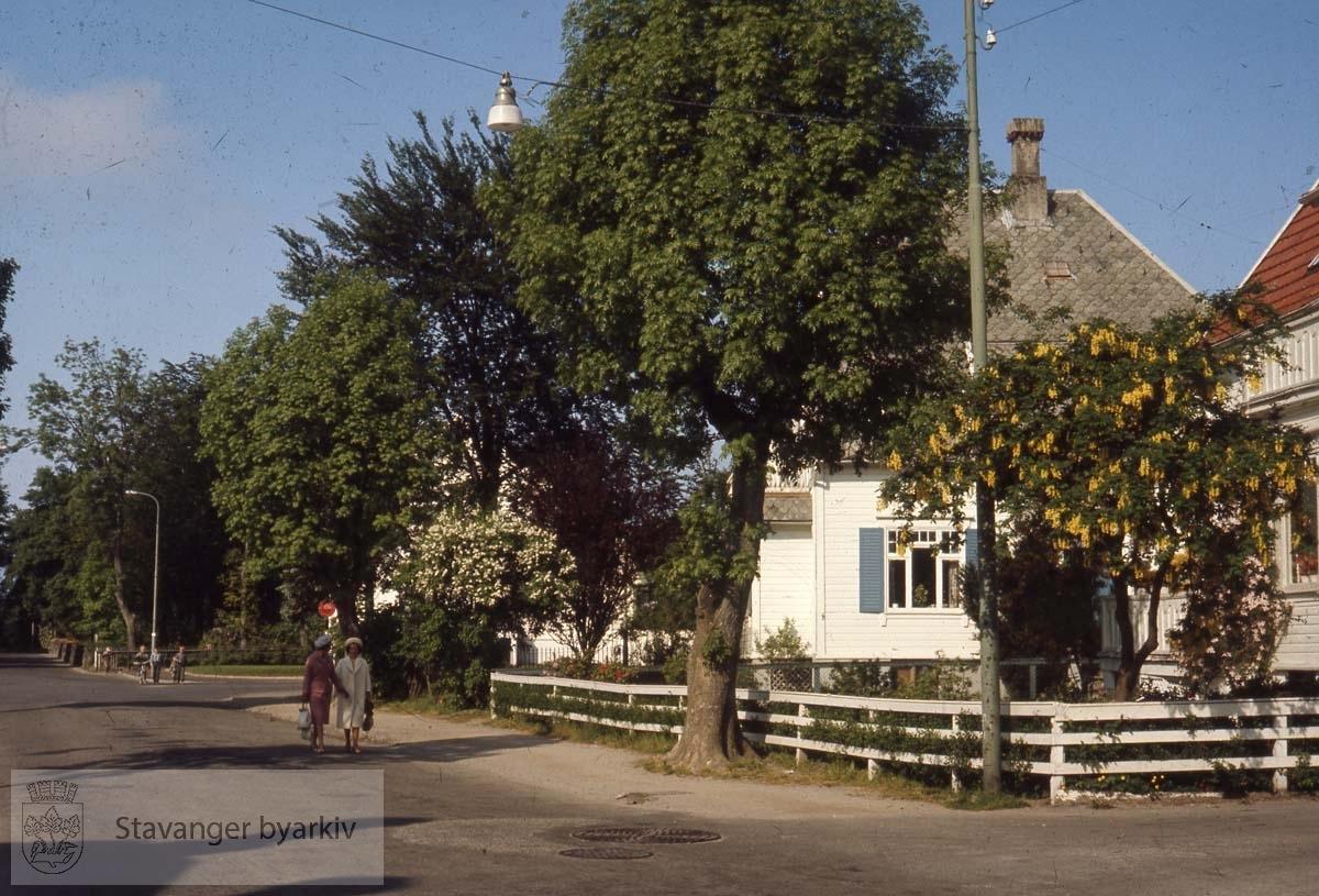 Eiganesveien fra krysset med Tordeskjoldsgt sett vestover. Veien som krysser lengre inne i Bildet er Holbergs gate. Husene vi ser er Eiganesveien 81 og 83