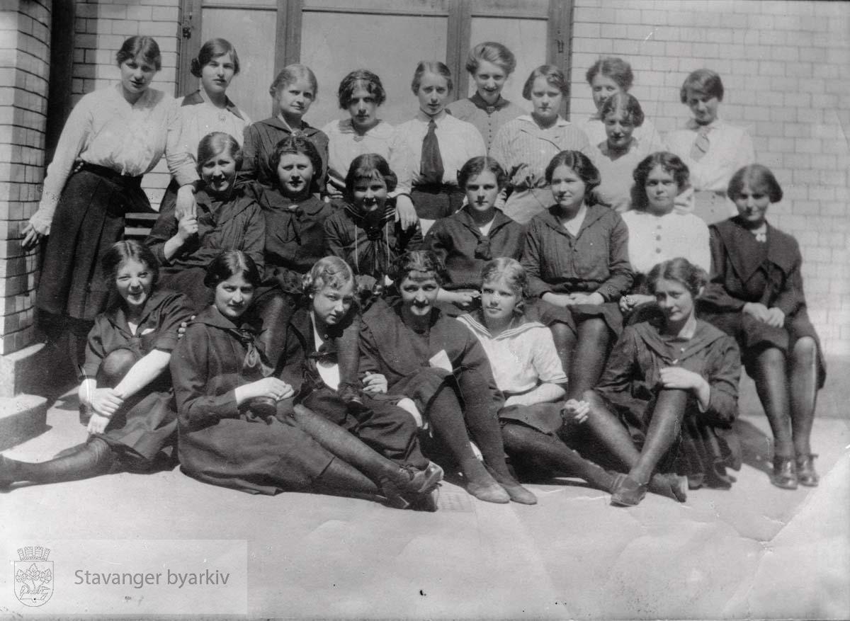 Bildet ble bestilt av Frk. Martha Knudsen, Kong Karls gt. 33 (jft. Johannesens egne protokoller, 36343)...I adressekalenderen av 1922 står Martha Knudsen oppført som kontorist. Kvinnene på bildet er muligens sekretærer og annet kontorpersonale.