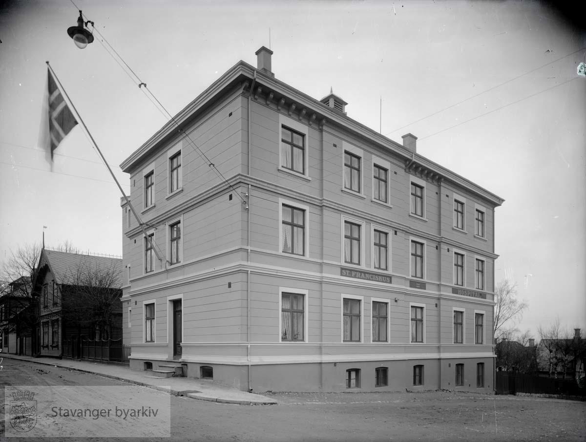 Dronningens Gate til høyre. Til venstre Løkkeveien 7, som da var Høyres Hus..St. Franciscus Hospital..St. Fransiskus Hospital.