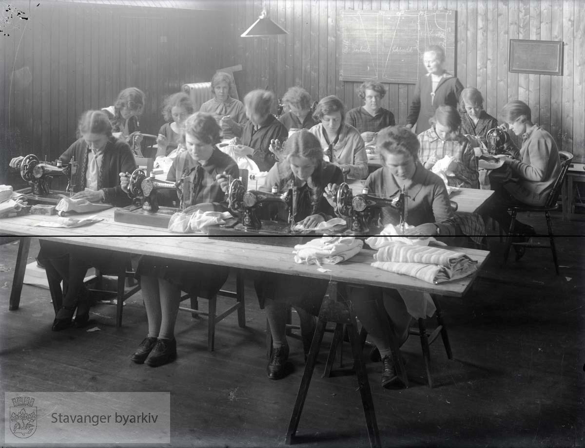 Muligens fra De Kommunale Arbeidsstuene i Stavanger...Arbeidsstuene ble opprettet i 1919 og holdt først til i Storms skole før de flyttet til St. Svithuns skole.
