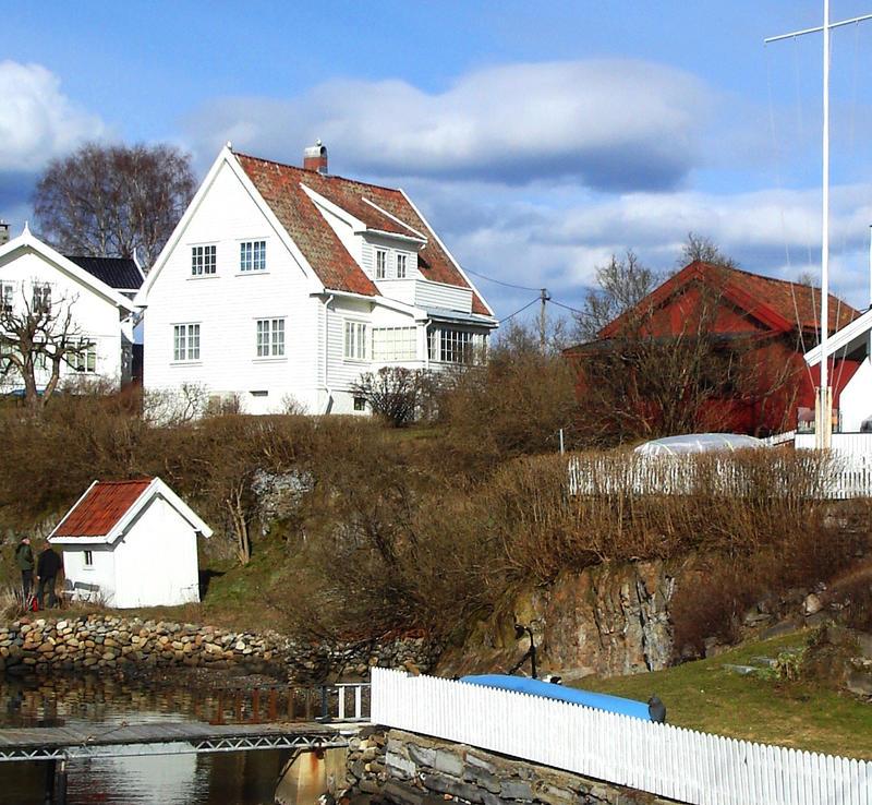 Strandsitterhuset på Konglungen til høyre. Boligen er idag en del av eiendommen til lokalhistoriker Ola Holst. Foto: Liv Bjelland