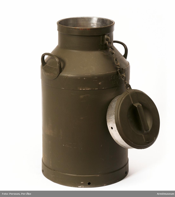 """Med två bärhandtag och lock, cylinder- formig. Märkt med """"tre kronor"""". Cirkel stämpel """"Milka"""" med blad. M7060-700200-2. Vikt: 14,55 kg."""