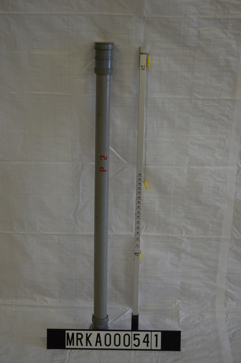 Käpp av lättmetall med lina. Käppen hade fyra fartintervaller (60, 80, 100 och 200 m/s) markerade på käppens olika sidor. Plastkoger för förvaring.  En käpp med koger, en utan.