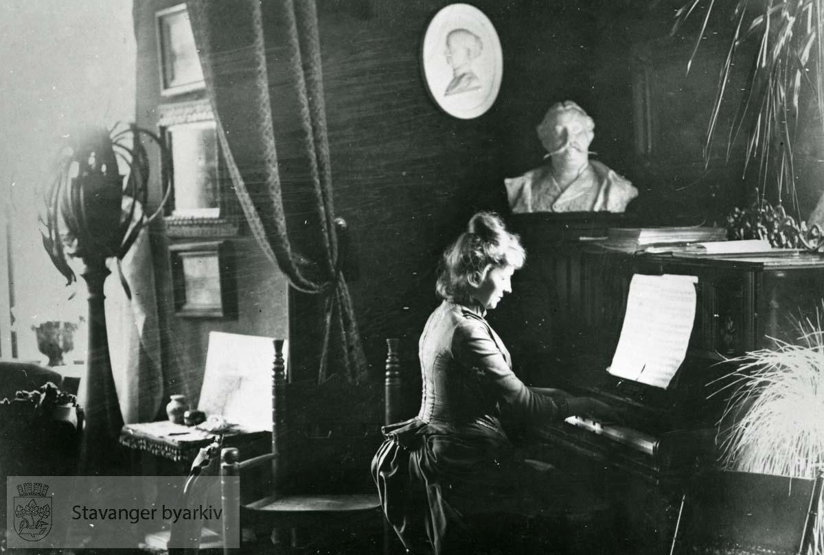 Maren Sømme, født Berner (1858-) ved pianoet i stuen i Eiganesveien 28