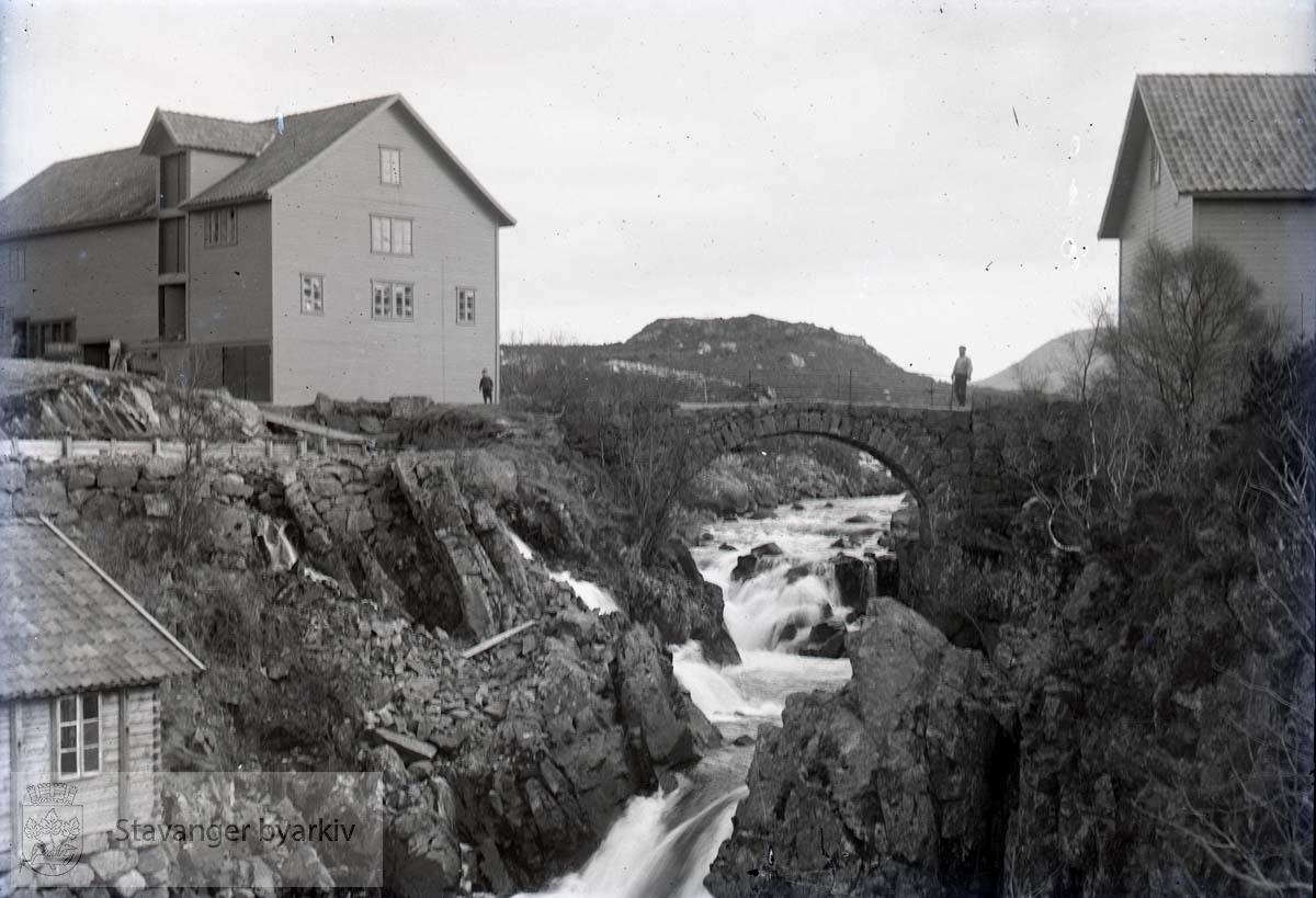 Elv med steinbro, til høyre våningshus, til venstre driftsbygning....