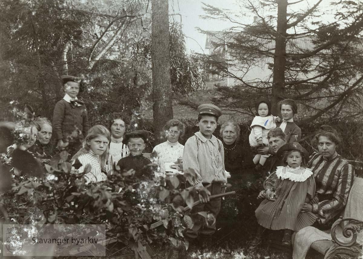 Familiebilde i hagen til Klevstuen
