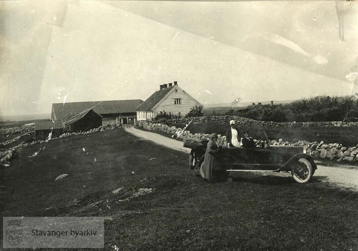Kjøpt av skipsreder Isachsen i 1918...Prestegården i bakgrunnen. I forgrunnen til høyre åpen bil med sjåfør. Stående foran bilen Martha Monsen. Sittende i bilen datteren Ellen (Lund)