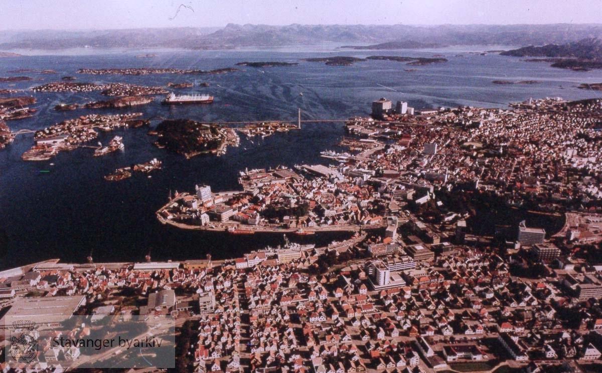 Eiganes og Vestre platå i front. Mot Vågen og Holmen..Østre bydel, Bybrua og byøyene helt i bakgrunnen.
