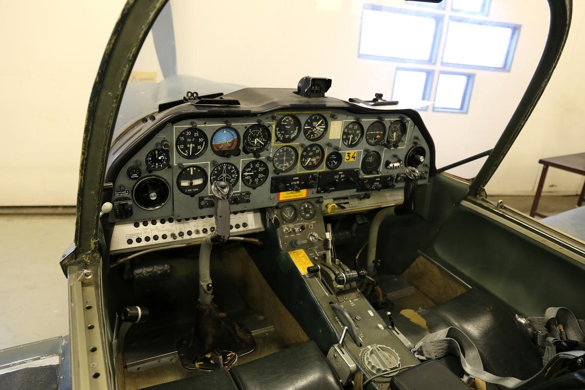 Fpl-nr: 61-034. Flygplan SK 61A. Flygvapnets Sk 61A/B i händelse av mobilisering för att användas till eldledning.  Eftersom alla flygplan var avsedda att användas i krig så frångick man det inom Flygvapnet det tidigare bruket att måla skolflygplanen gula, istället målades Sk 61 A/B enfärgat grönt.