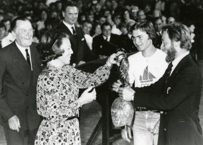 Knut von Trepka mottar 3. premie for RS 1 Colin Archer i Cutty Sark seilas av dronning Beatrix i Amsterdam 1980. (Troféet er en kubjelle fra Sveits.) Til høyre for Knut von Trepka, Stein Karlsen. (Foto/Photo)