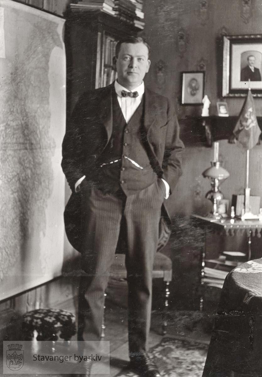 Portrett av Johan A. Sandstøl i en stue