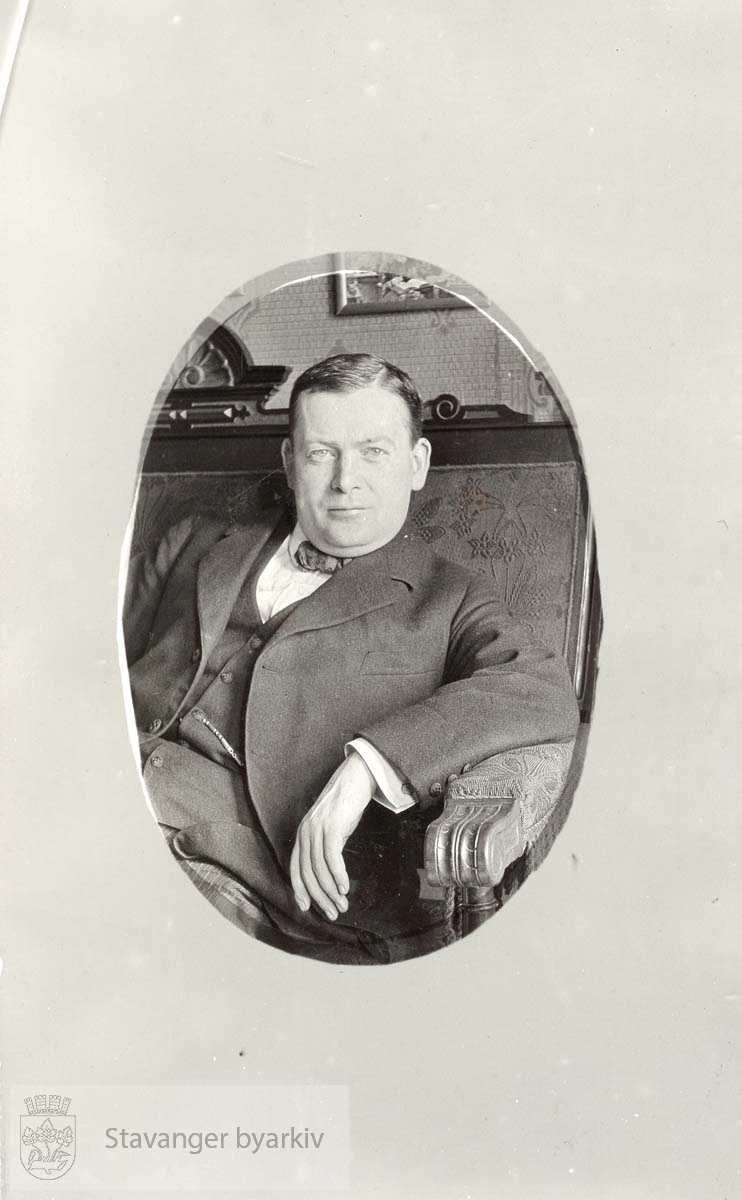 Johan A. Sandstøl sittende i en stol